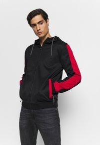 Guess - ALBERT TRUCK  - Zip-up hoodie - jet black - 0