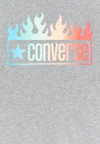 Converse - SHORT SLEEVE LOG GRAPHIC UNISEX - T-shirt imprimé - dark grey heather - 2
