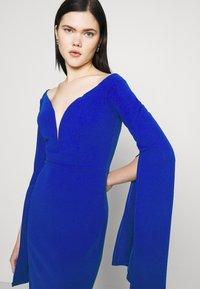 WAL G. - AMELIA V PLUNGE MIDI DRESS - Sukienka z dżerseju - electric blue - 4