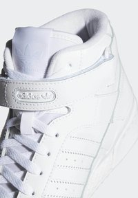 adidas Originals - FORUM MID UNISEX - Höga sneakers - ftwr white/ftwr white/ftwr white - 9