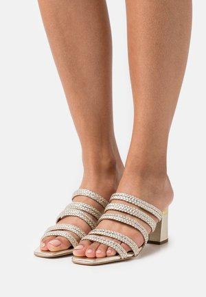 EMALIAM - Pantofle na podpatku - gold