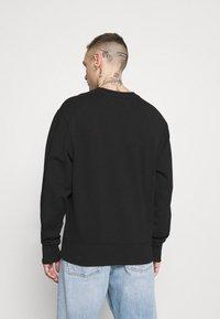 Tommy Jeans - VERTICAL GRAPHIC CREW UNISEX - Sweatshirt - black - 2