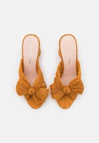Loeffler Randall - PENNY - Pantofle na podpatku - marigold - 3