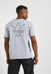 adidas Originals - ABSTRACT TEE UNISEX - Print T-shirt - halo silver - 3