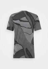 Nike Performance - TEE - T-shirt med print - smoke grey - 1