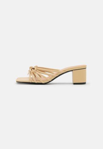 Pantofle na podpatku - beige medium dusty
