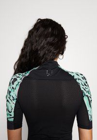 ONLY PLAY Tall - PERFORMANCE BIKE TALL - Camiseta estampada - black/green ash - 3