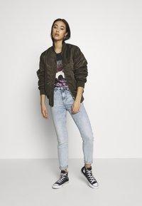 Gina Tricot - EDITH TEE - T-shirt imprimé - offbl/desert - 1