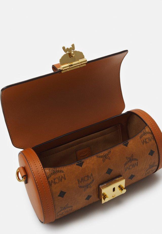 TRACY VISETOS CROSSBODY SMALL - Across body bag - cognac