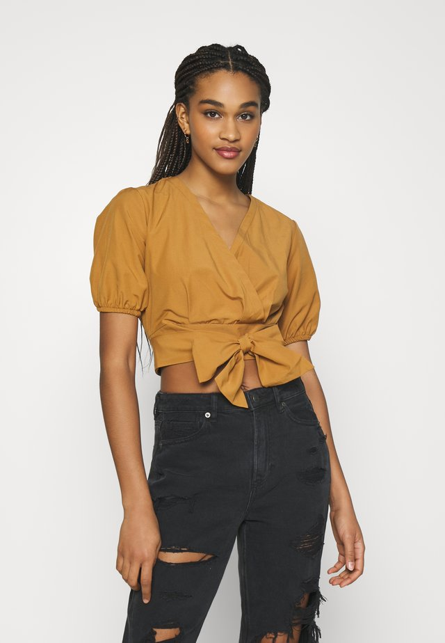 T-shirt con stampa - camel