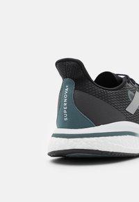 adidas Performance - SUPERNOVA  - Obuwie do biegania treningowe - core black/silver metalllic/blue oxide - 5