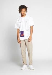 Woodbird - HANSI TRACK PANT - Pantalon classique - sand - 1
