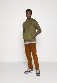TOM TAILOR DENIM - Sweat à capuche - dry greyish olive