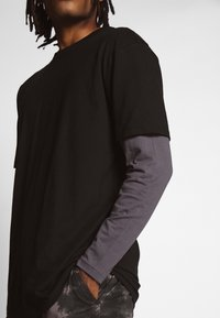 Urban Classics - OVERSIZED SHAPED DOUBLE LAYER TEE - Top sdlouhým rukávem - darkshadow - 5