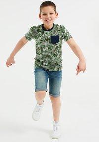WE Fashion - MET STREEP- EN BLADERENDESSIN - T-shirt con stampa - green - 0