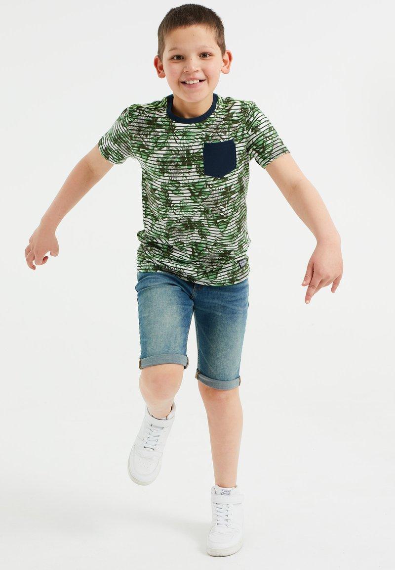 WE Fashion - MET STREEP- EN BLADERENDESSIN - T-shirt con stampa - green