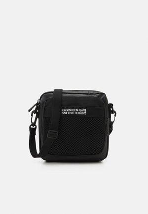 UTILITY GRID REPORTER S - Across body bag - black
