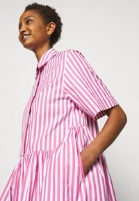 Victoria Victoria Beckham - A-LINE BROAD STRIPE SHIRT DRESS - Sukienka koszulowa - pink/white - 4