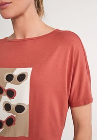 comma casual identity - Print T-shirt - tabasco sunglasses print - 5
