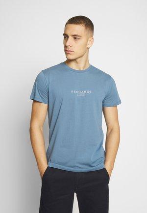 RECHARGE  - T-shirt med print - light blue