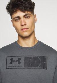 Under Armour - TAG TEE - T-shirt imprimé - pitch gray - 5