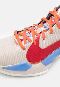 Nike Performance - ZOOM FREAK 2 NRG - Basketball shoes - desert sand/gym red/sail/camellia - 5