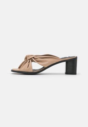 JENNA - Pantofle na podpatku - almond
