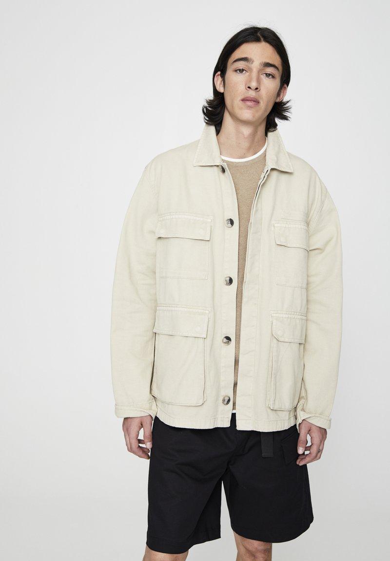 PULL&BEAR - MIT PATTENTASCHEN - Lehká bunda - mottled beige