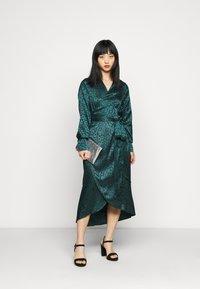 Never Fully Dressed Petite - LEOPARD LONGSLEEVE WRAP DRESS - Cocktailjurk - emerald - 1