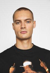 Chi Modu - PAC MIDDLE - Print T-shirt - black - 3