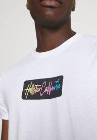 Hollister Co. - SUMMER FADE  - T-shirt med print - white - 5