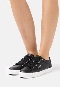 Levi's® - WOODWARD  - Sneakers laag - regular black - 0