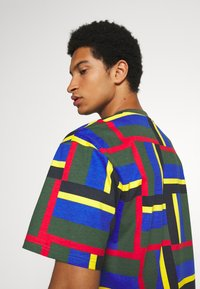 Karl Kani - SIGNATURE BLOCK TEE - Print T-shirt - green - 3