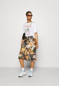 Never Fully Dressed - BLOOM PRINT SLIP SKIRT - Pencil skirt - navy/multi - 1