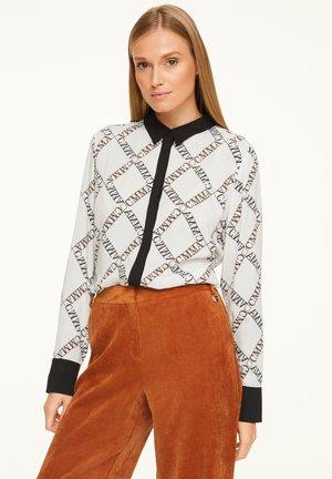 MIT KONTRAST - REGULAR FIT - Button-down blouse - white