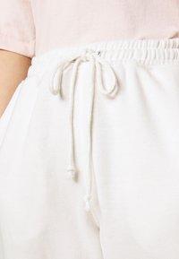 Missguided Petite - PETITE 90S JOGGERS - Tracksuit bottoms - white - 3
