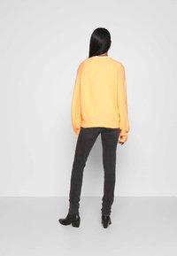 Weekday - AGGIE  - Sweter - orange - 2