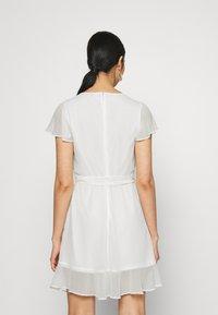 Nly by Nelly - DREAMY FLOUNCE DRESS - Sukienka koktajlowa - white - 2