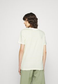 Selected Femme - PERFECT BOX CUT - Print T-shirt - young wheat/snow white - 2