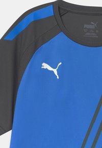 Puma - TEAM LIGA GRAPHIC JR UNISEX - Print T-shirt - bluemazing/asphalt - 2