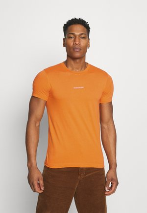 MICRO BRANDING ESSENTIAL TEE - Jednoduché triko - rusty orange