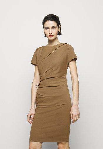 IZLO - Pouzdrové šaty - caraway