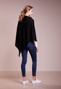 Repeat - Cape - black - 2