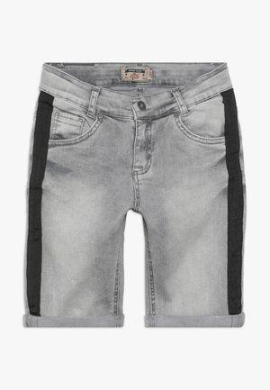 BOYS STREIFEN - Džínové kraťasy - medium grey
