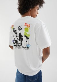 PULL&BEAR - MIT FARBLICH ABGESETZTEM TEXT - Print T-shirt - white - 4