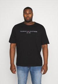 Tommy Hilfiger - LOGO TEE BIG & TALL - Print T-shirt - black - 0