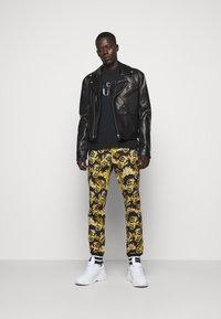 Versace Jeans Couture - NEW LOGO - T-shirt imprimé - nero - 1