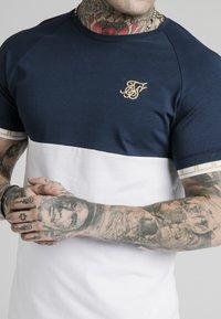 SIKSILK - T-shirt imprimé - navy  white - 4