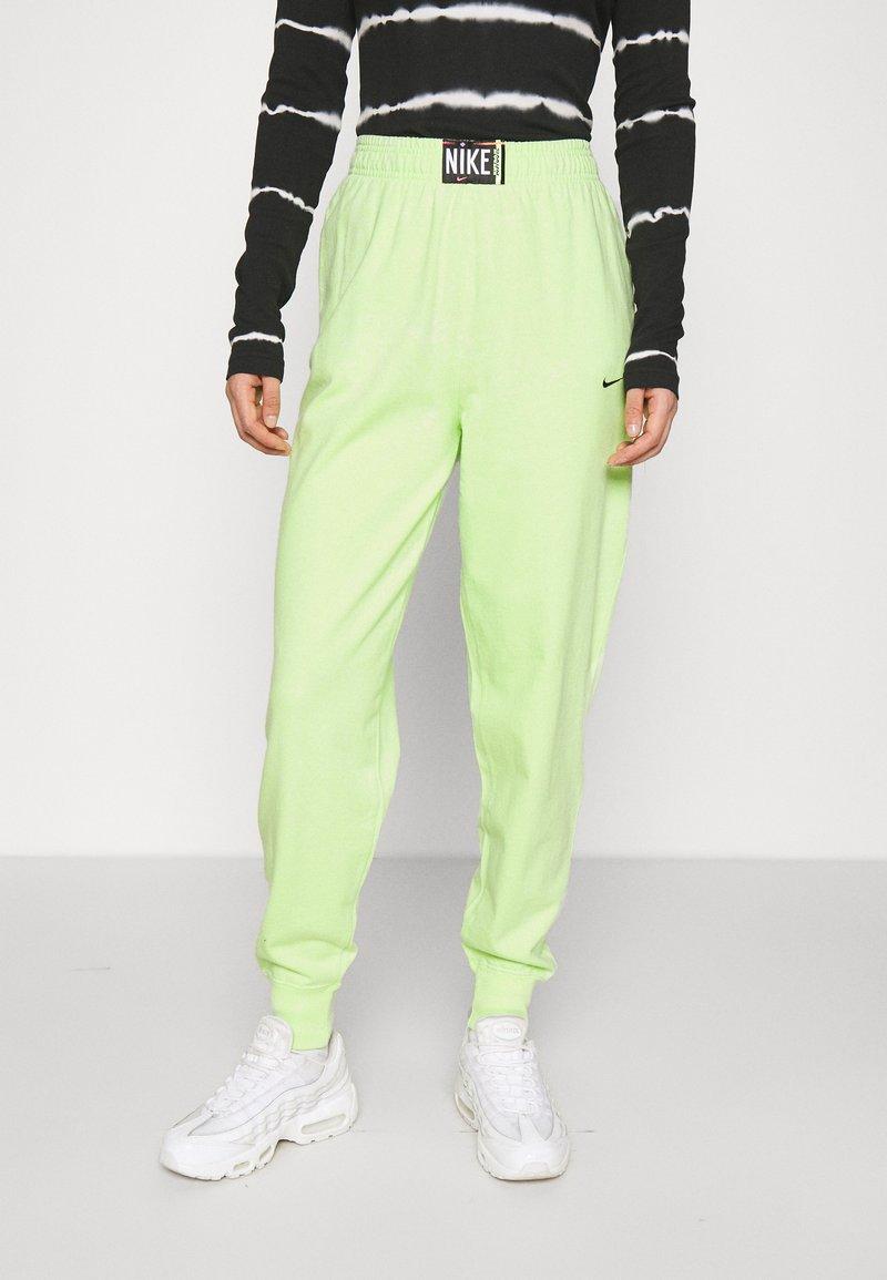 Nike Sportswear - WASH PANT - Pantalones deportivos - ghost green/black
