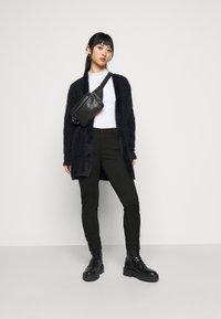 Even&Odd Petite - 5 pockets PUNTO trousers - Bukse - black - 1